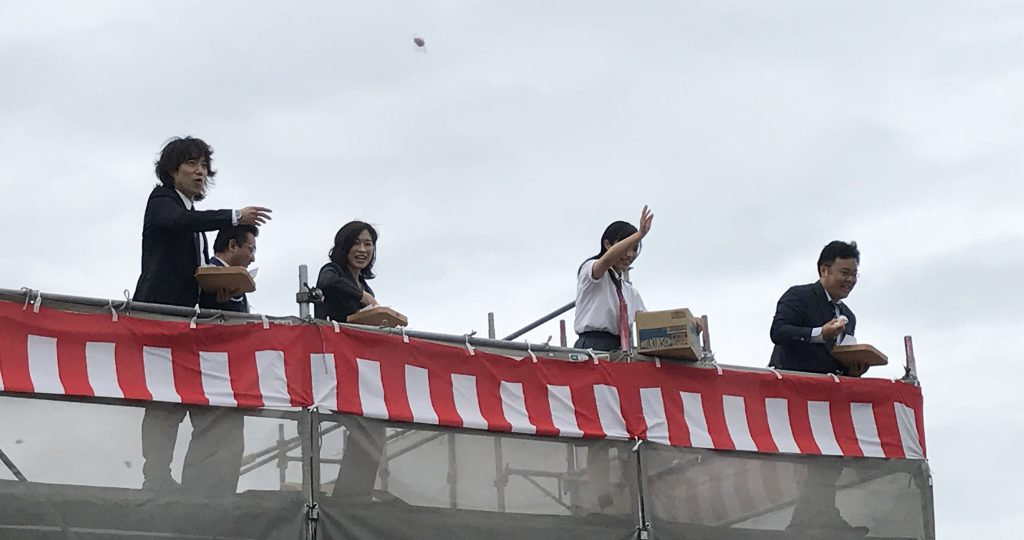 やまみこどもクリニックの開院までの工事進行状況をお写真でアップしています。「澁川靖子先生ファミリーによる餅まきの様子」
